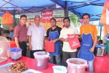 Dari kiri En.Faizi (MDJL), En.Sulaiman (Ahli Majlis) , penerima ,En.Jasmadi (Persatuan penjaja) , penerima